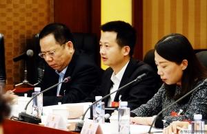 刘入源代表(中)审议全国人大常委会工作报告时,建议建立健全代表履职平台、联络的互联网信息平台,安排专门人员与代表联络等