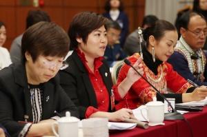 住桂全国政协委员欧彦伶(左二)在小组讨论监察法草案、国务院机构改革方案时发言