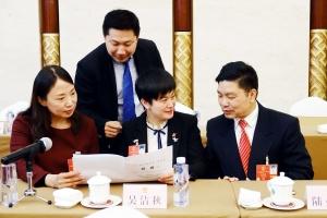 广西代表团举行全体会议审议监察法草案。这是吴洁秋代表(中)与其他代表在讨论草案的有关内容