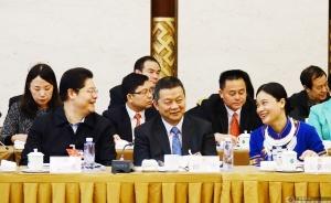 关礼、谭斌、韦朝晖(从左至右)代表在相互交流