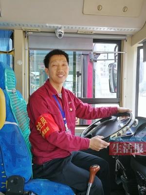 这位司机啥来头?女乘客欲封红包 男乘客请他吃粉