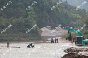 突发山洪男子被困河中 危急时刻他们跳进了激流