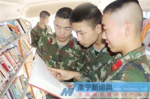 上林县:千册图书送军营