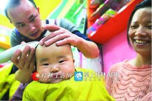 二月二来剃头 桂林一理发店上百孩子来理发(图)