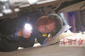 记者车管所体验查验车辆:频繁钻车底 考眼力体力