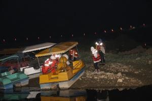 4名学生夜探公园被困湖中岛 消防紧急营救(组图)