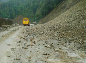 凤山境内公路发生塌方 公路部门抢险恢复通车(图)