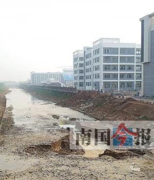 桂中水城麒麟渠莫名塌陷 整条渠道的水几乎流干