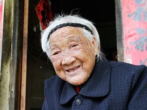 广西东兴:五保村里的百岁老人 能吃两大碗米饭