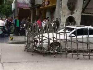 4月11日焦点图:套牌宝马撞坏铁闸门逃逸 南宁警方全城追查
