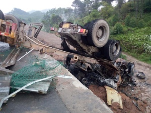 牵引挂车与罐车在高速路发作碰撞 致一去世一伤(图)