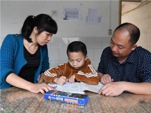 广东教员匹俦带着儿子到广西马山县跨省支教(图)