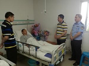 4月14日核心图:民警抓捕毒贩遭铁棍猛击头部