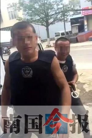 两男子偷穿警用装备拿手铐耍酷 还录视频传到网上