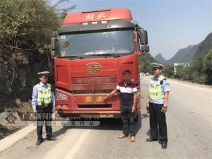 男子无证驾驶重型半挂牵引车冲卡 被处拘留十日