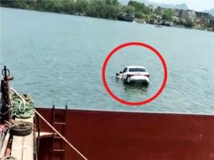 4月19日焦点图:轿车离奇坠河 司机拒救助溺亡