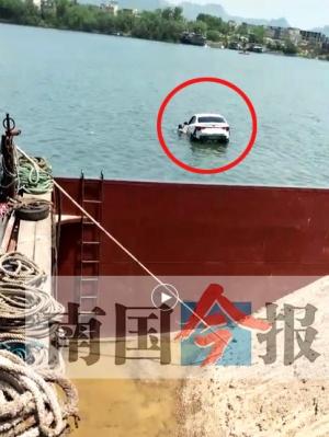 柳州一轿车离奇坠河 司机逃出车外拒救助溺亡(图)