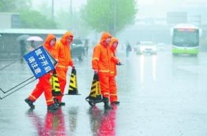 北京市10万余人应战强降雨 主要道路未出现积滞水