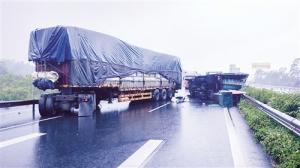 兰海高速一辆大货车失控侧翻 后车为避让撞上护栏
