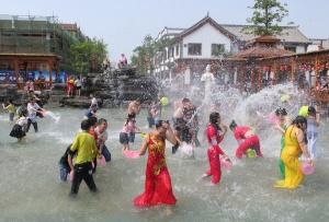 田阳举行泼水狂欢活动引众多游客参与(组图)