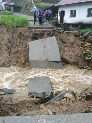 安徽南部遭遇特大暴雨今仍有暴雨 3水库开闸泄洪