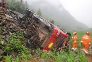 大货车在田阳侧翻跌落路崖 被困司机得救(组图)