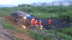 运煤货车在都安翻下路坎 2人受伤28吨煤炭撒满地