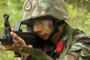 武警侦查兵展开集训 官兵用软管窥镜助侦查(组图)