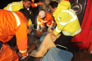 运饲料大货车刹车失灵侧翻 两名被困人员获救(图)
