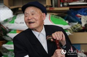 广西钟山百岁老人养生秘诀:心态好 爱运动