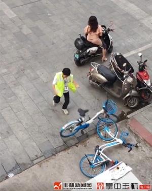 玉林:什么仇什么怨? 停车收费员怒摔共享单车