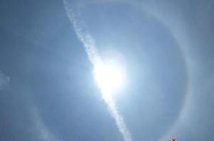 """高清:百色17日中午天空出现罕见的""""日晕""""奇观"""