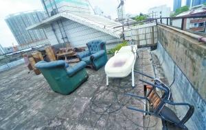 """南宁不少小区楼顶变成""""废物场"""" 大风来时很危险"""