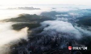 高清组图:鸟瞰雨雾笼罩下的重庆酉阳