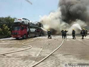 高清:南宁安吉收费站大型挂车着火 无人员伤亡