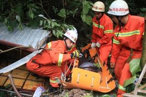 三轮摩托车不慎翻下30米山崖 消防用担架救出伤员