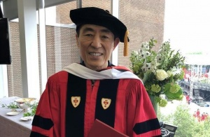 美国波士顿大学授予张艺谋荣誉博士学位
