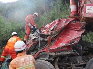 一辆卡车凌晨在田东侧翻 事故造成一死一伤(组图)
