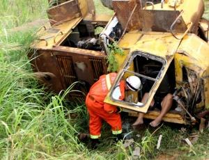 象州:铲车不慎侧翻司机被困 消防破拆救人(组图)