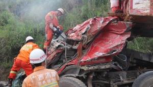 一辆卡车在田东侧翻 造成一死一伤(图)