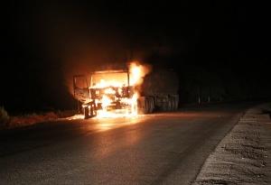 50吨液碱槽罐车行驶中起火 消防成功处置排险(图)