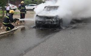 田东:一皮卡车在路边起火 被烧得面目全非(组图)