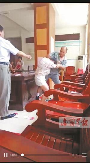 藤县这对男女火了 上午在民政局打架下午领结婚证