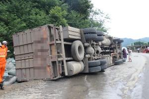 满载塑料粉大货车侧翻 摩托车驾驶员被压在货车下