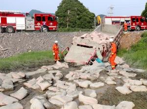 来宾一满载水泥货车冲出路基侧翻致一死一伤(图)