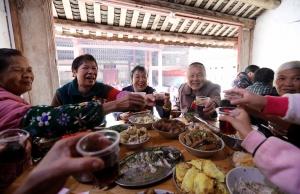 融安180位老人在百年祠堂中欢庆重阳节(组图)