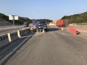 高清:泉南高速一辆运输炸药车失控撞上隔离护栏