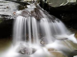 高清:凌云大山深处溪水涓涓细流 偶成小瀑布