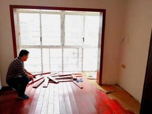 新买木地板铺好不到一个月就变形 商家拒绝