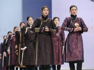 """蒙古族生活装""""T台秀"""" 尽显民族风情"""